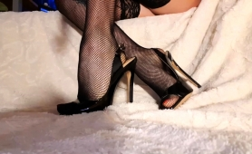provoking-babe-in-stockings-and-high-heels-exposes-her-feet